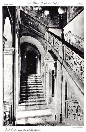 Plansza numer 7 - Wielkie schody Hotelu Lambert biegnące w dwie strony.