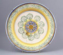 Ceramika barwiona podszkliwnie, glazurowana. Kon. XIX w.