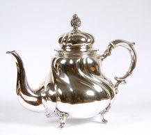 Srebrny imbryk do herbaty